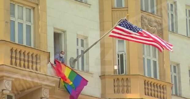Посольство США решилось на провокацию с флагом. Песков припугнул законом о пропаганде