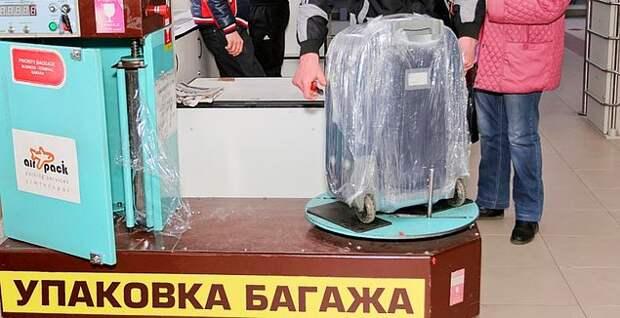 В аэропорту багаж советского гражданина был виден издалека, ведь чемоданы наглухо заматывали в плёнку