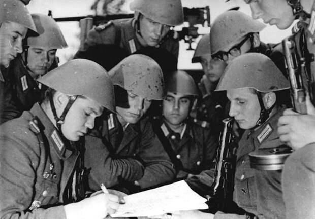 Как в ФРГ отомстили военным армии ГДР после объединения Германии