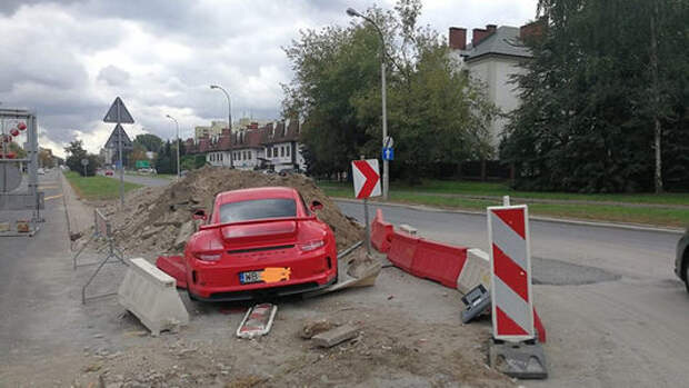 Пьяный водитель разбил новый Porsche и пошел… спать