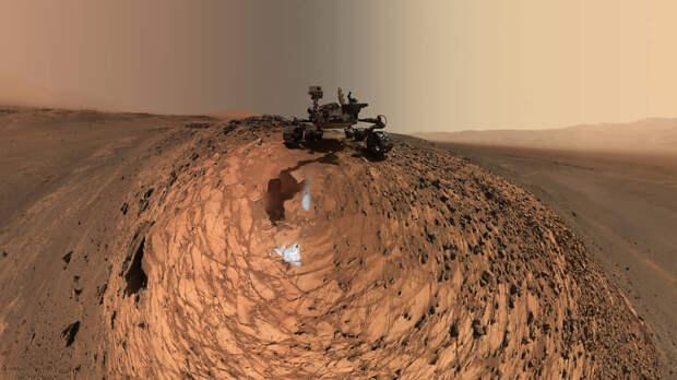 Селфи марсохода Curiosity на Марсе во время сбора образцов