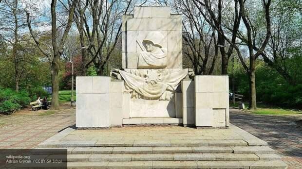 В Совфеде пригрозили Польше санкциями за снос памятника советским воинам