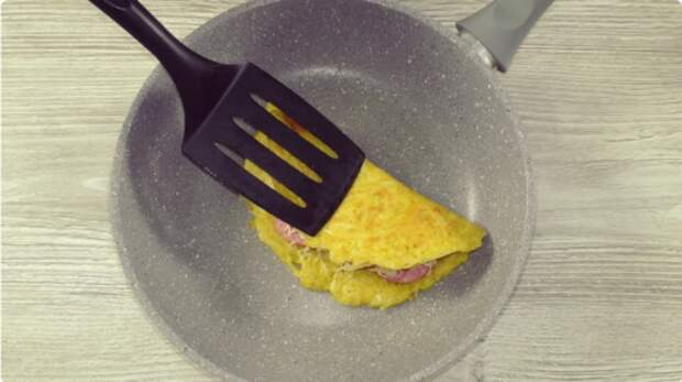 3 картошки, 2 яйца и вкусное блюдо готово. Меняя начинку готовь хоть ежедневно