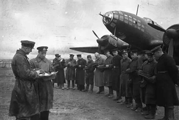 Пилоты Московского авиацентра с гордостью вспоминают о мужестве летчиков, совершивших первый авианалет на Берлин