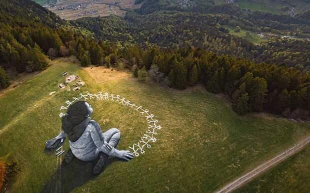 В Альпах на траве появилась огромная картина, посвященная самоизоляции