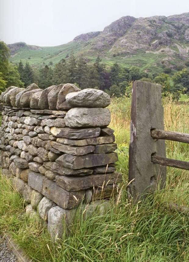 Пример каменного забора сухой кладки