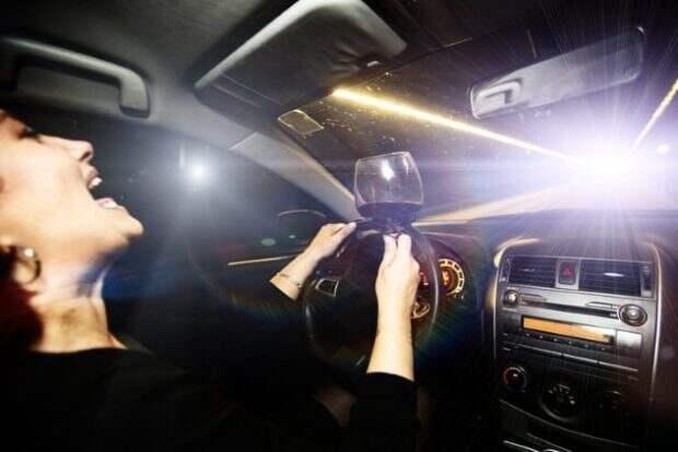 Женщина за рулём машины