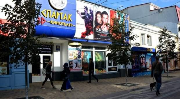 В Крыму возобновили работу кинотеатры и стадионы