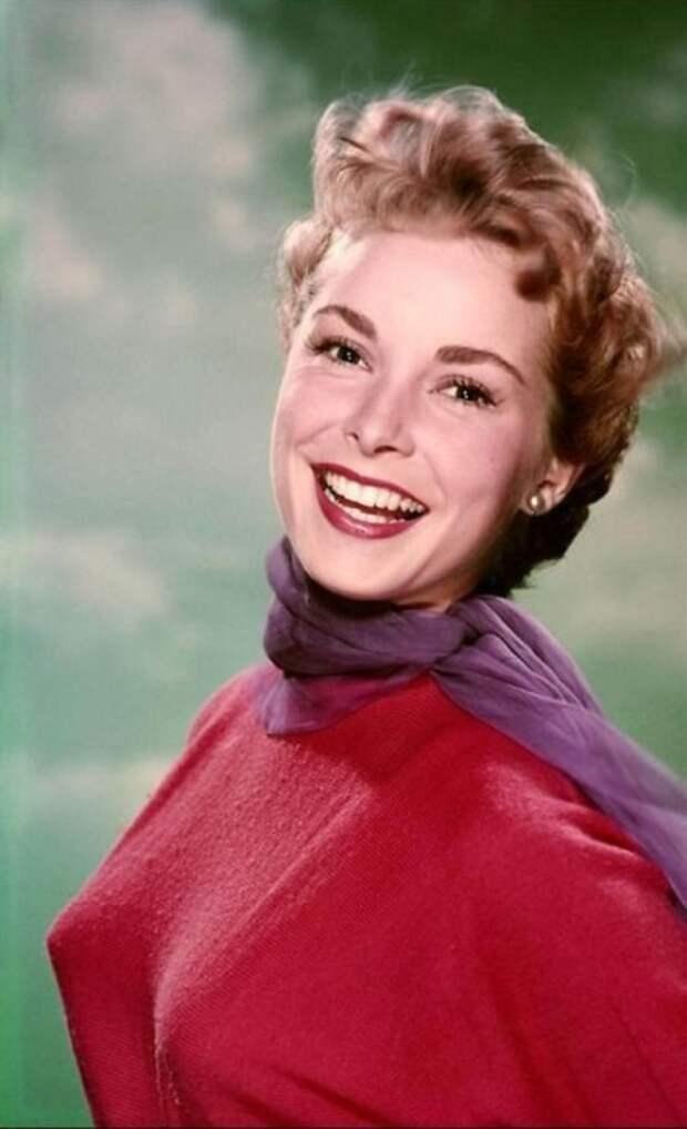Короткие волосы, яркий красный наряд и сиреневый шарфик подчёркивают тонкость вкуса знаменитости.