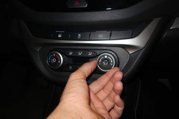 включение рециркуляции - кнопка или рычаг на блоке управления: обычно в виде закольцованной стрелки или нескольких таких стрелок