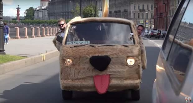 В Петербурге появился плюшевый автомобиль-собака