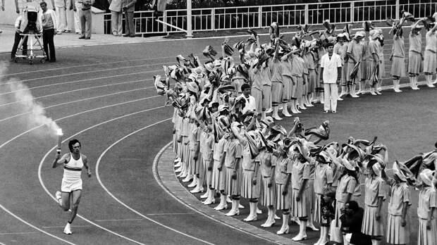 Эстафета огня Олимпиады-1980: 5 тысяч км по земле, любопытный десантник и опасная живая лестница из солдат
