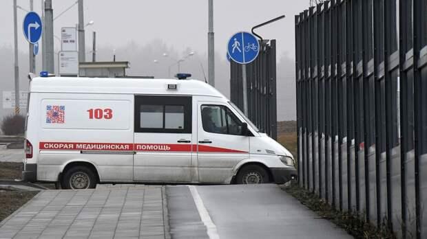Машина скорой помощи заезжает на территорию больничного комплекса в Коммунарке. - РИА Новости, 1920, 05.10.2020