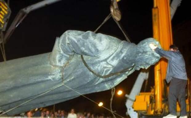 На фото: демонтаж памятника Ф.Э.Дзержинскому в Москве, 1991 год