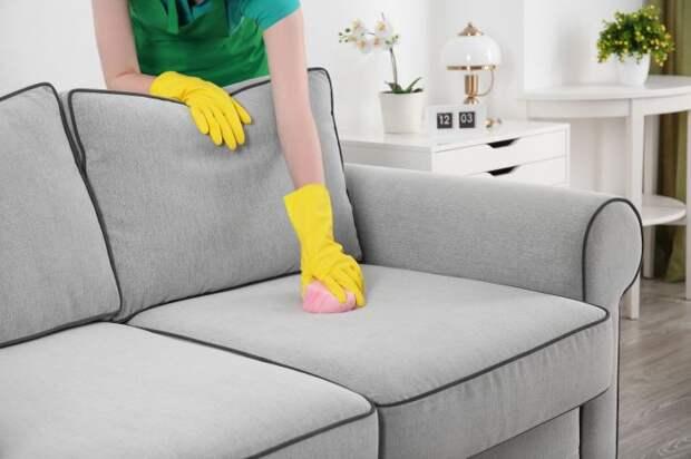 Мыльным раствором можно почистить диван из флока. /Фото: malinka.me