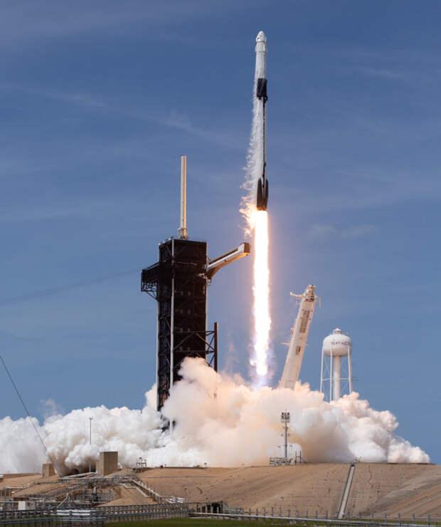SpaceX успешно запустила Crew Dragon c людьми! Как это было? Подробности старта, видео и фотографии.