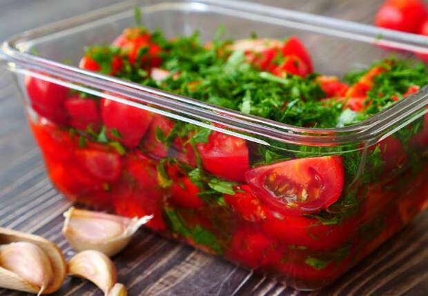 Закуска из спелых помидор настаивается в коробке: делаем маринад без капли уксуса
