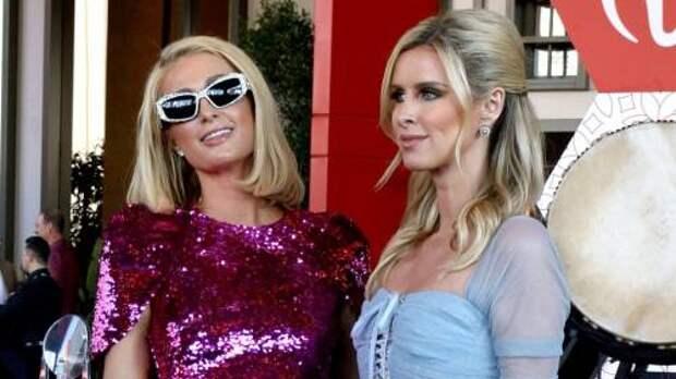 Гламур vs элегантность: чей образ с вечеринки в Лас-Вегасе вам больше нравится – Пэрис или Ники Хилтон?