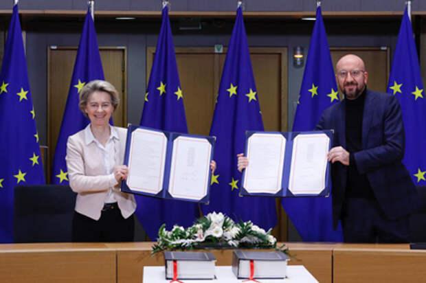 Подписи поставили председатель Еврокомиссии Урсула фон дер Ляйен и президент Европейского совета Шарль Мишель