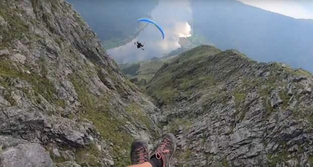 Захватывающий дух полет двух экстремалов по норвежской горной долине