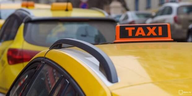 Таксист протаранил припаркованный на Синявинской автомобиль и скрылся
