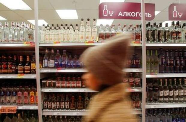 A customer walks past shelves with bottles of vodka in a supermarket amid the coronavirus disease (COVID-19) pandemic in Moscow, Russia April 8, 2020. REUTERS/Maxim Shemetov