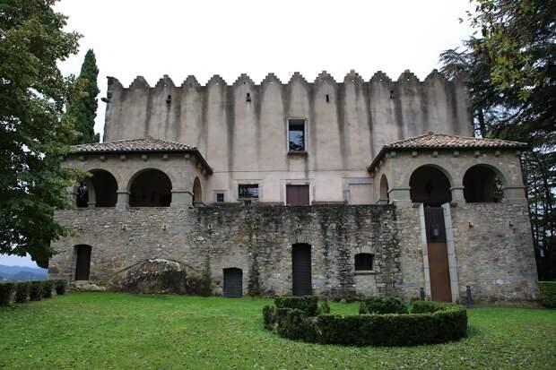 Замок Монтескью