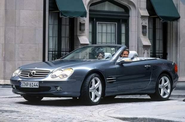 Родстер SL пятого поколения (R230) - один из лучших образцов нового фирменного стиля, возникшего во второй половине 1990-х годов.  Она оригинальна и нравится людям, а автором дизайна модели является Стив Матин, который создает еще несколько легендарных моделей.  Среди них первые поколения Mercedes-Benz и Volvo XC60.  Связь с предшественником подчеркивается использованием надежного 5,0-литрового двигателя V8 M113 мощностью 309 л.с.  С его помощью SL разгоняется от 0 до 100 км / ч за 6,3 секунды и развивает 250 км / ч.