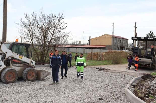 Михаил Слободяник со своим заместителем Евгением Радионовым осмотрели работы по ремонту улицы в селе Владимировка