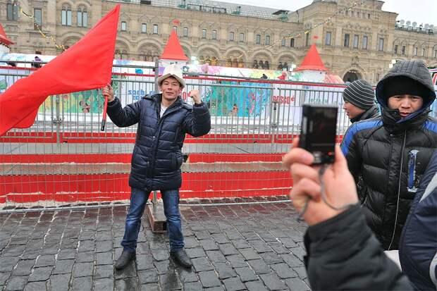 Киргизские мигранты отмечают Новый год на Красной площади.