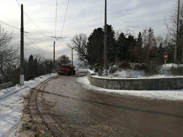 В Ялте припаркованные на обочине автомобили мешают убирать снег