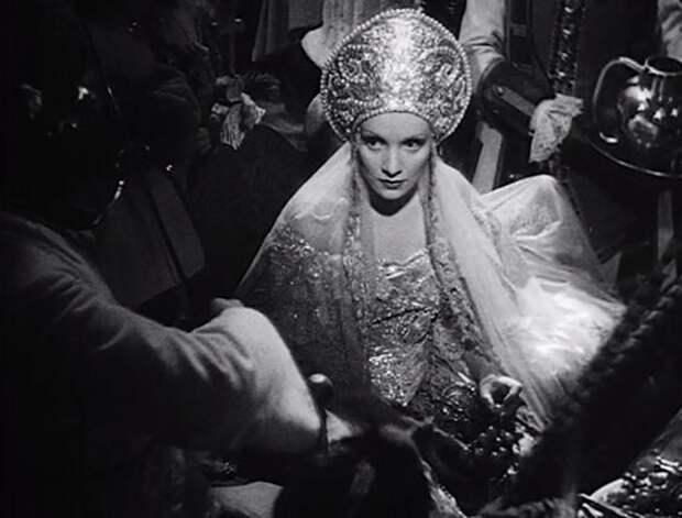 """Марлен Дитрих в образе Екатерины II в фильме """"Распутная императрица""""."""