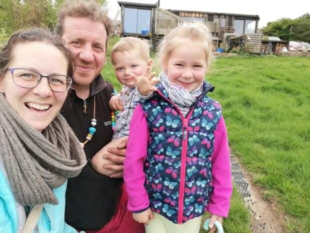 Запределами цивилизации: семья британцев живет полностью автономной жизнью наферме