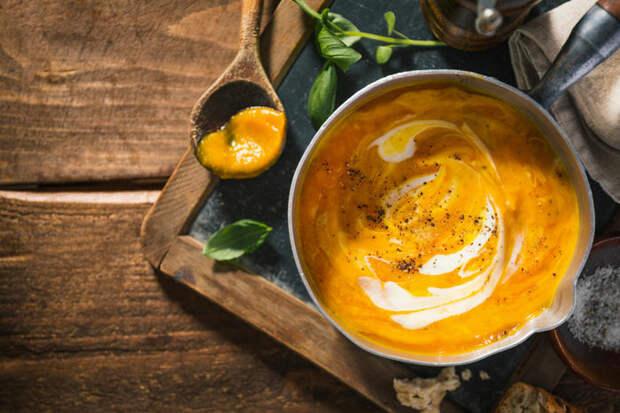 Морковный крем-суп с яблоком и орехами