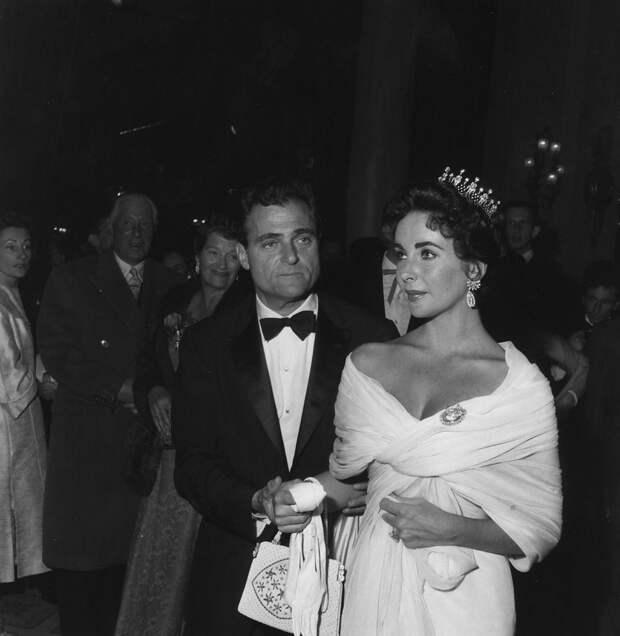 Элизабет Тейлор со своим третьим мужем Майком Тоддом, 1957.
