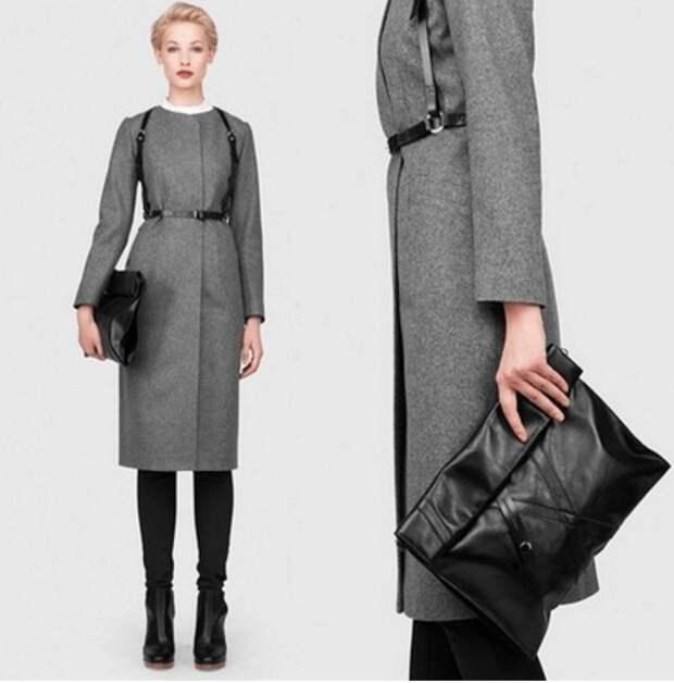 Чёрная портупея, серое прямое пальто, чёрная сумочка, ботильоны