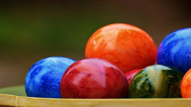 Иерей предупредил о вреде длительного хранения пасхальных яиц