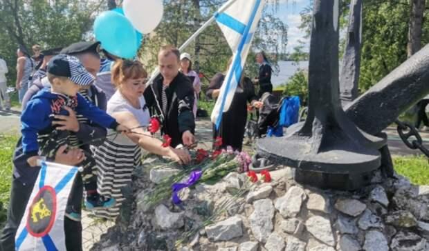 Моряки возложили цветы у«Якоря» вНижнем Тагиле
