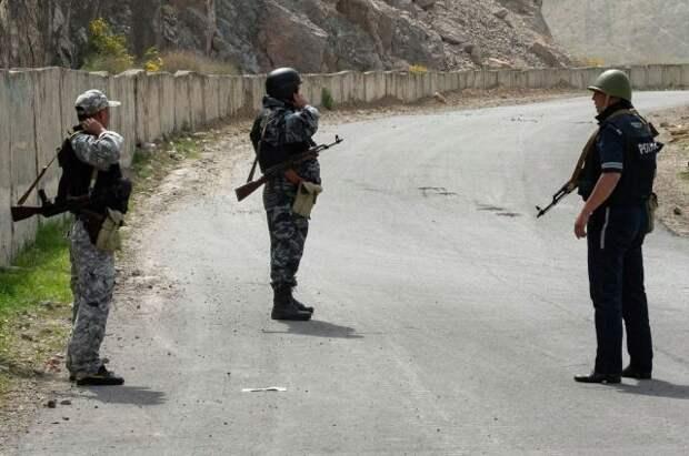 Киргизия и Таджикистан приступили к отводу войск от границы