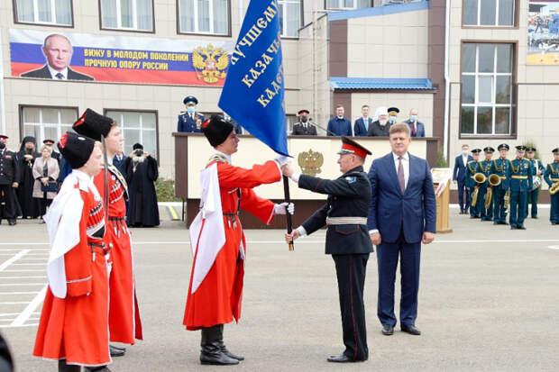 Ейскому казачьему кадетскому корпусу вручили переходящее знамя президента России