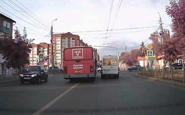 Гонка маршрутки и автобуса переросла в драку водителей