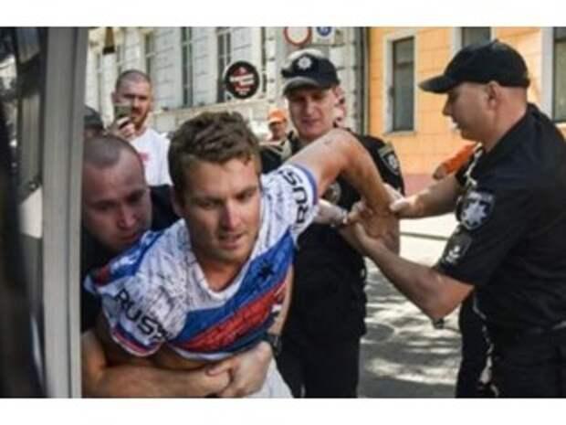 Полицейские стали пособниками фанатичных патриотов по своей воле. Интервью с адвокатом американца, арестованного за футболку с надписью «Russia»