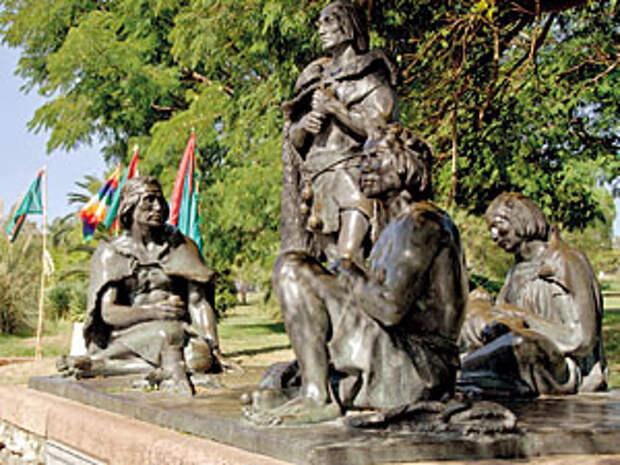 Памятник исчезнувшему племени индейцев в Монтевидео