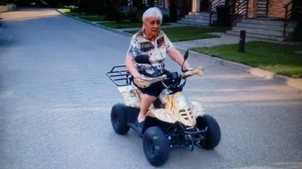 В Головинском районе 85-летняя поэтесса оседлала квадроцикл