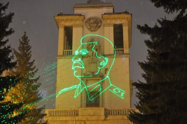 В Екатеринбурге на фасаде Дома офицеров появилось изображение Сталина