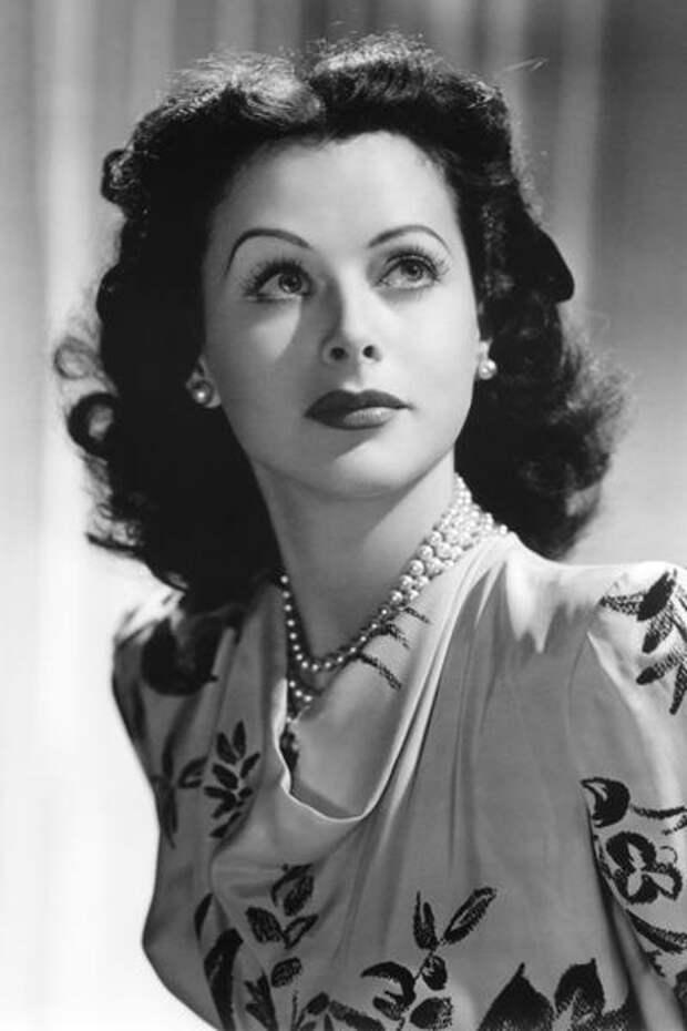 В 1942 году актриса Хеди Ламарр (Hedy Lamarr) запатентовала секретное средство связи, которое динамически изменяло частоту вещания, чтобы затруднить перехват сообщений противником.