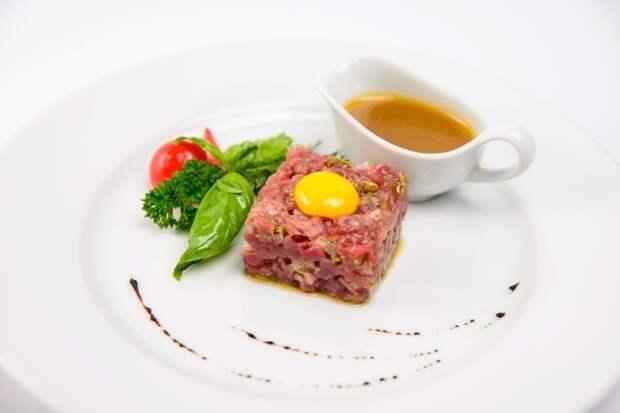 Тартар из сырой говядины может быть опасен для здоровья. / Фото: kakprosto.ru
