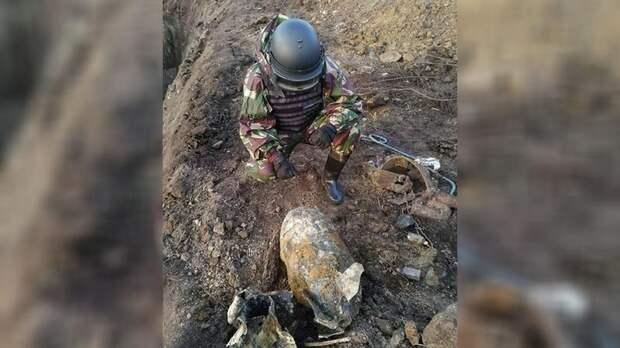 В Стрельне нашли стокилограммовую бомбу времён войны — видео