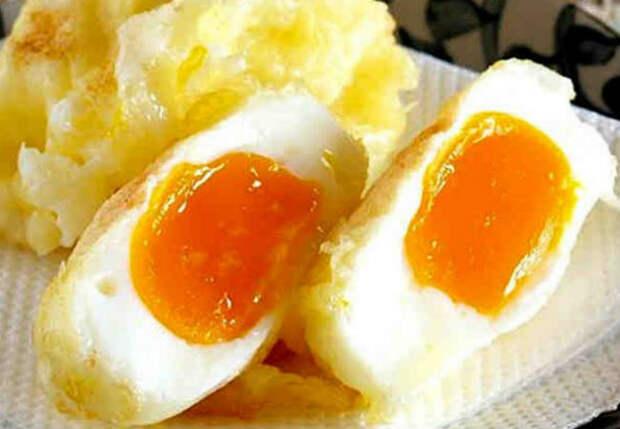 Разбиваем яйца в кипяток: вкуснота за 4 минуты