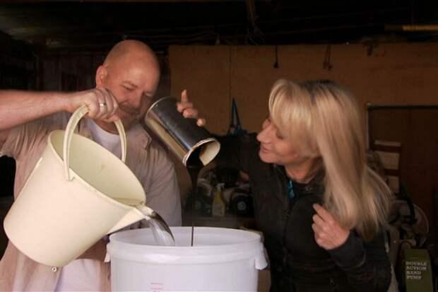 Один из этапов изготовления пива сиспользованием экстракта дрожжей, полученных из бутылок, найденных наместе кораблекрушения